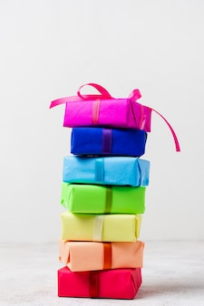 Rainbow prezenty na stole na przyjęcie urodzinowe