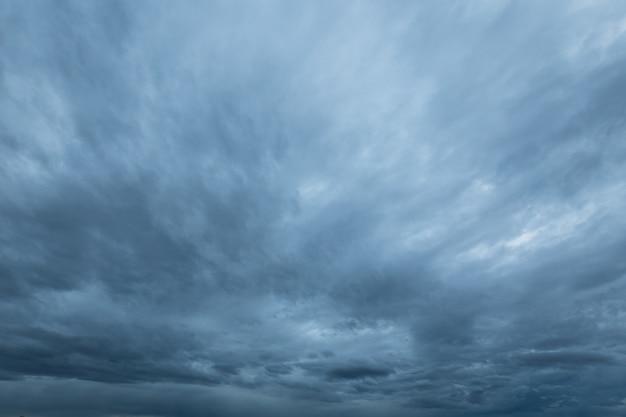 Rainclouds i nimbus w porze deszczowej