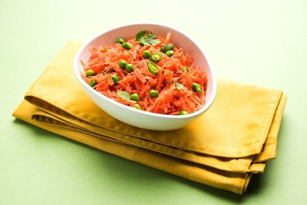 Raita marchew, gajar koshimbir. jest to przyprawa z subkontynentu indyjskiego, przygotowana z dahi lub twarogiem lub bez, z surowymi lub gotowanymi warzywami gajar lub marchewką, zielonym groszkiem, chili, kolendrą