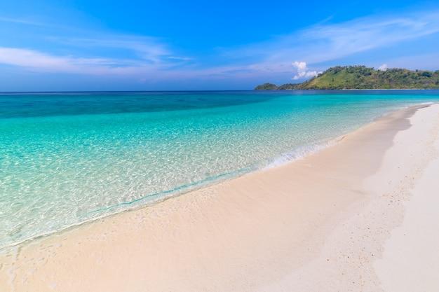 Raj plaża i niebieskie niebo przy khai wyspą w satun prowinci, tajlandia