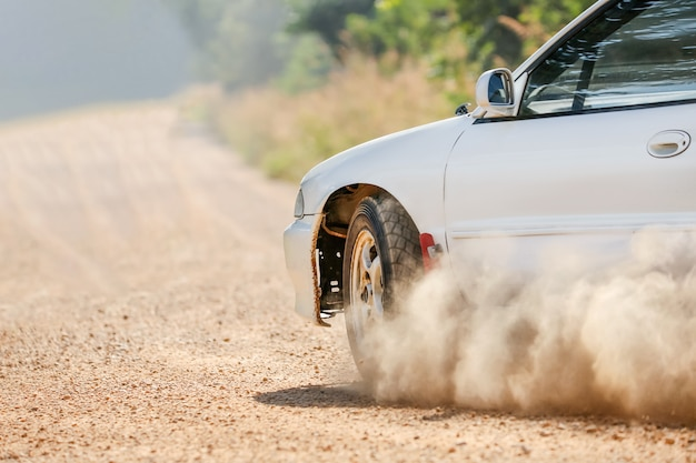 Rajdowy samochód wyścigowy na polnej drodze.