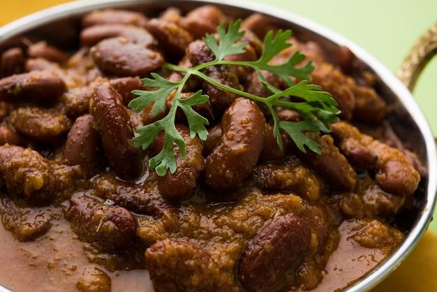 Rajma or razma to popularne północnoindyjskie jedzenie składające się z gotowanej czerwonej fasoli w gęstym sosie z przyprawami. podawane w misce