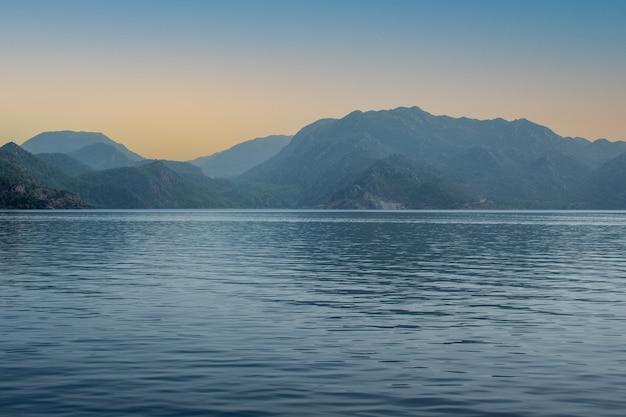 Rajska wyspa marmaris o świcie. piękny widok na zatokę morską