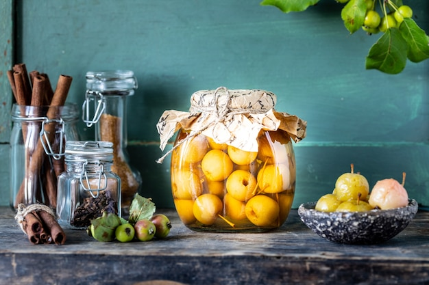 Rajski dżem jabłkowy. rajskie jabłka w syropie cukrowym na starym drewnianym. zbiór jesiennych zbiorów.