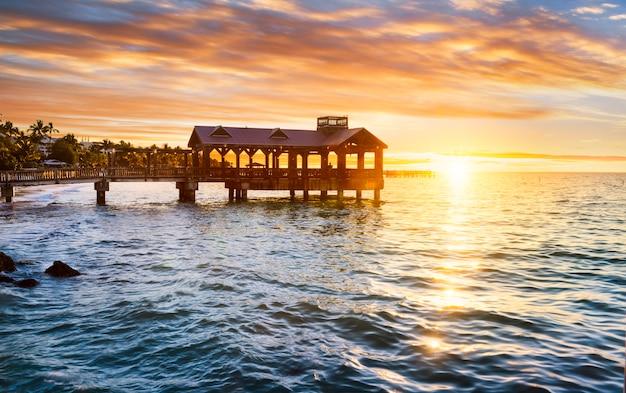 Rajski krajobraz z plażą podczas zachodu słońca