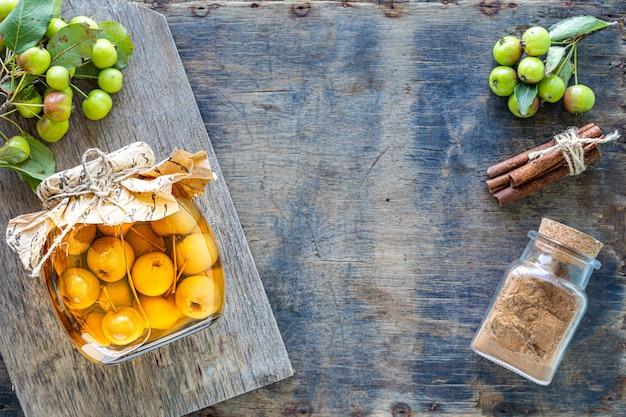 Rajskie jabłka w syropie cukrowym na starej drewnianej powierzchni