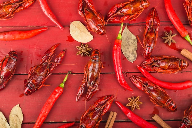 Rak. rewolucjonistka gotował się crawfishes na stole w wieśniaku projektują, homara zbliżenie.