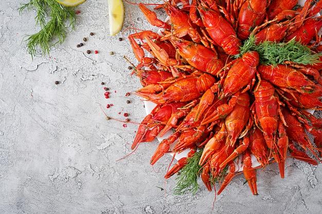 Rak. rewolucjonistka gotował się crawfishes na stole w wieśniaku projektują, zbliżenie. zbliżenie homara. wyznaczenie granicy widok z góry