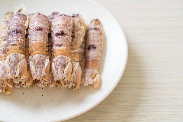 Raki gotowane na parze lub krewetki modliszki lub stomatopody z pikantnym sosem z owoców morza