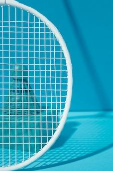 Rakieta do badmintona i niebieska lotka