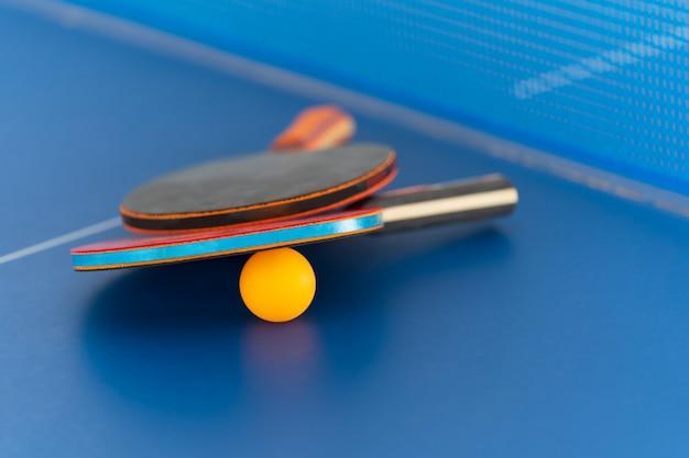 Rakieta do tenisa stołowego i piłka, aktywność sportowa w pomieszczeniu