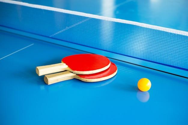 Rakieta do tenisa stołowego, piłka i siatka