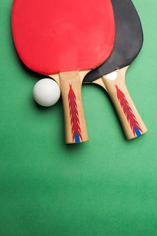 Rakieta tabletennis i piłka na stole