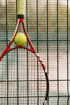 Rakieta tenisowa na płocie