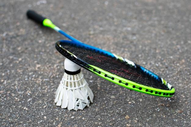 Rakiety do badmintona i wolant na asfalcie