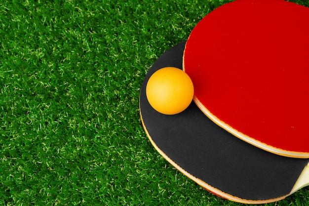 Rakiety do ping-ponga i piłka na trawie