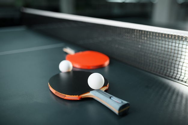 Rakiety do ping-ponga i piłka na zbliżenie netto