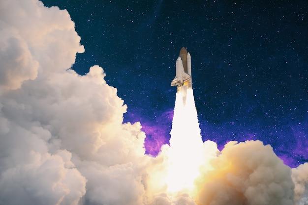Rakiety wystrzeliwują w kosmos na rozgwieżdżonym niebie. rakieta rozpoczyna koncepcję kosmosu.