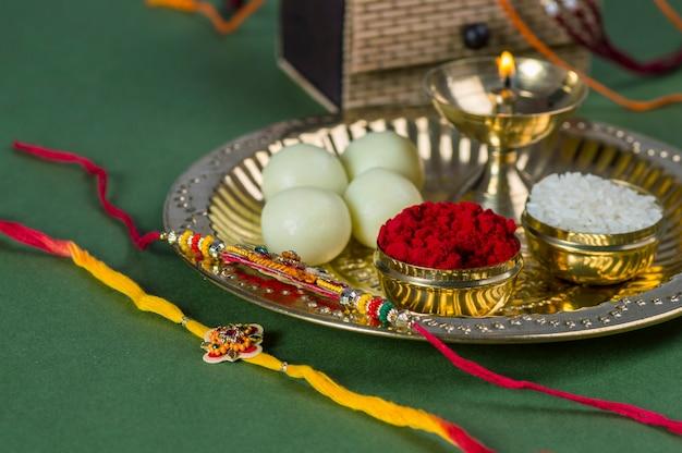 Raksha bandhan lub tło rakhi z eleganckim rakhi i diya