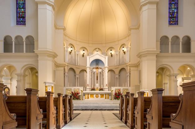 Raleigh, karolina północna, stany zjednoczone widok wnętrza katedry świętego imienia jezusa