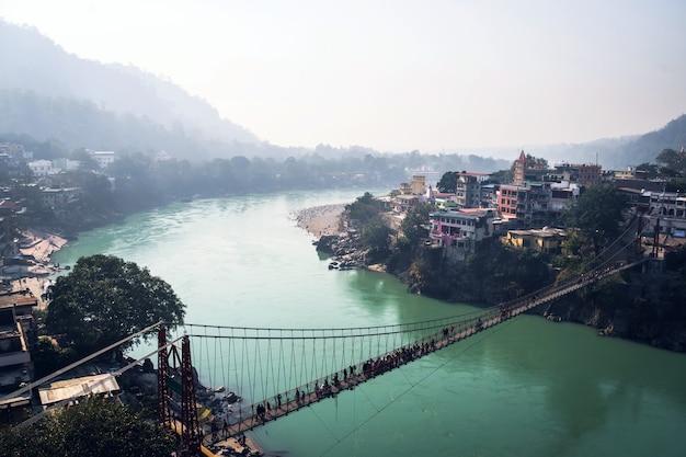Ram jhula to żelazny most wiszący położony w rishikesh w stanie uttarakhand w indiach.