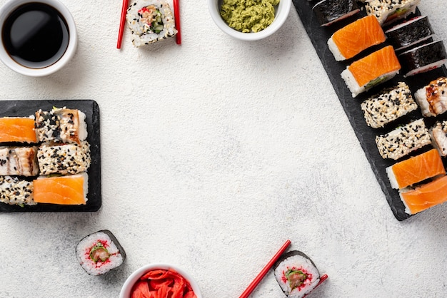 Rama asortymentu rolek sushi maki płasko leżąca