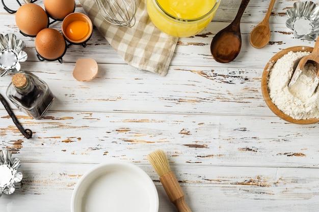 Rama do pieczenia ciasta, składniki, przybory kuchenne na rustykalne drewniane