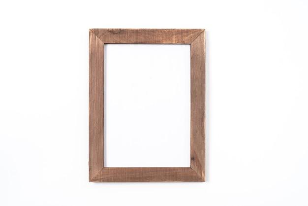 Rama drewniana lub ramka na zdjęcia na białym tle na białym tle. obiekt ze ścieżką przycinającą