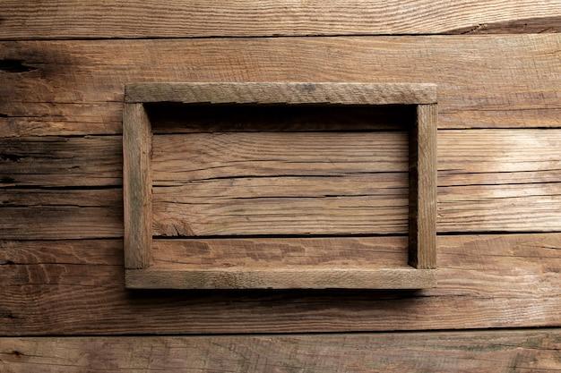 Rama drewnianego pudełka lub pojemnika na żywność, dostawa owoców na drewnianym stole, widok z góry.