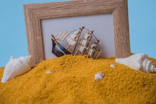 Rama i żaglówka na piasku