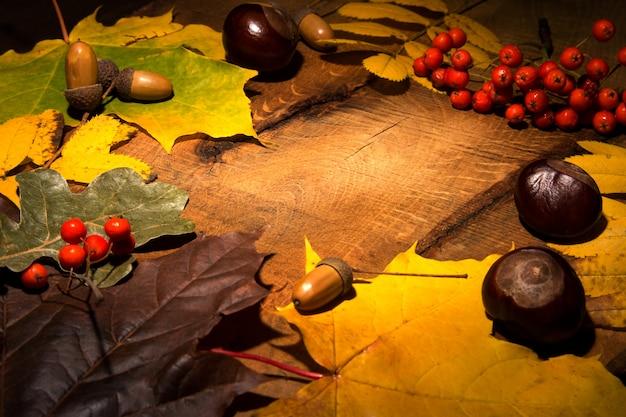 Rama jesień liście klonowi na starzejącym się drewnie z kopii przestrzenią. makieta ofert sezonowych i świątecznej kartki pocztowej,