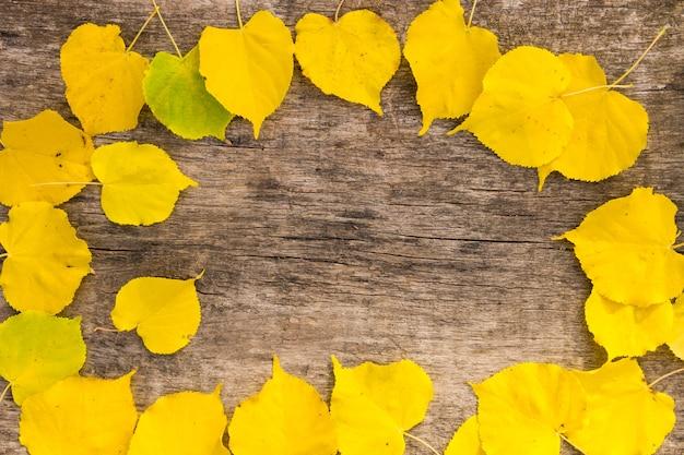 Rama jesień żółte liście na rustykalne drewniane tła. widok z góry, kopia miejsca