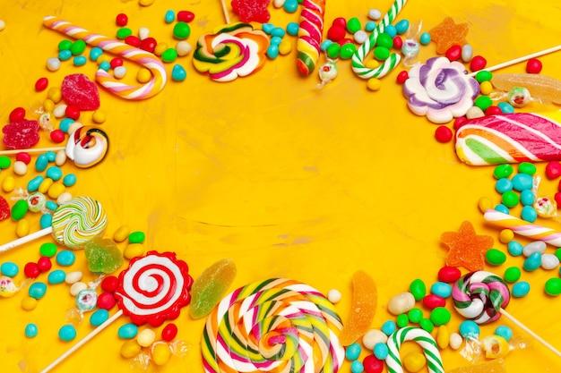 Rama kolorowe jasne różne cukierki tło