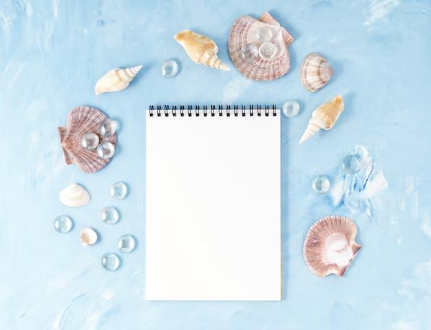 Rama muszla, notatnik na niebieskim tle kamienia, kopia. lato