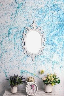 Rama na niebieskiej ścianie