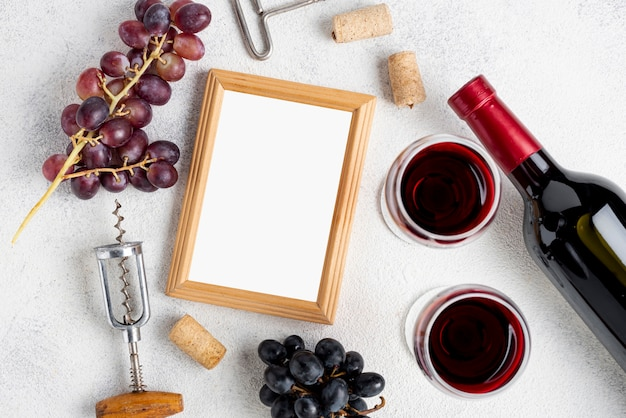 Rama obok winogron i butelki wina