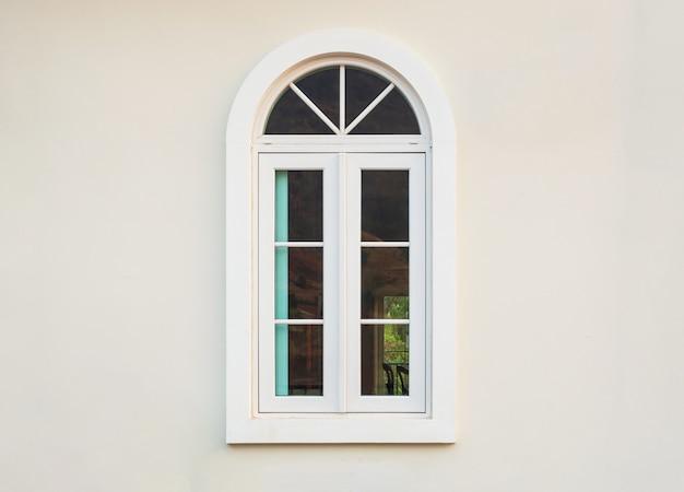 Rama okienna starodawny dom na tle białej ściany
