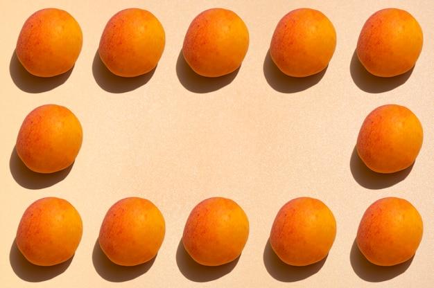 Rama owoców. obramowanie wykonane z brzoskwiń z twardym światłem. skopiuj miejsce.