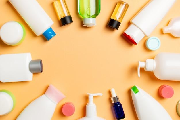 Rama plastikowej butelki do pielęgnacji ciała płaska kompozycja z produktami kosmetycznymi