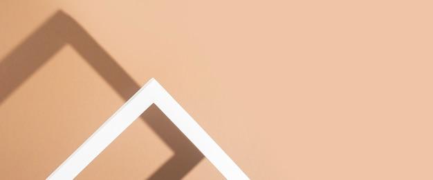 Rama podium biała prezentacja na brązowym tle. widok z góry, układ płaski. transparent.