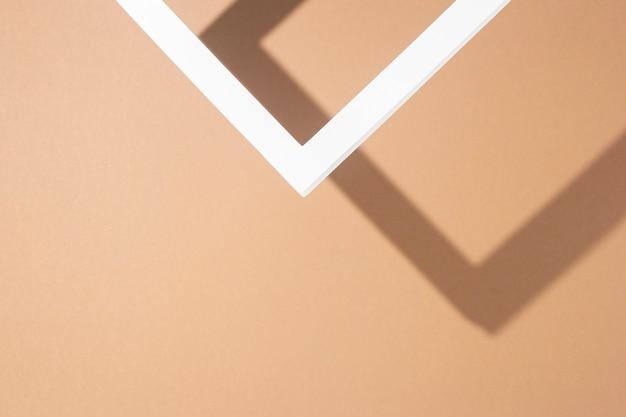 Rama podium biała prezentacja na brązowym tle. widok z góry, układ płaski.