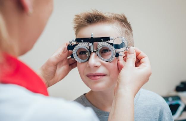 Rama próbna. okulary dla małego chłopca. korekcja ametropii w okularach.