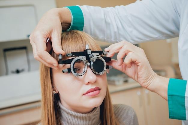 Rama próbna. okulary dla młodej kobiety. korekcja ametropii w okularach.