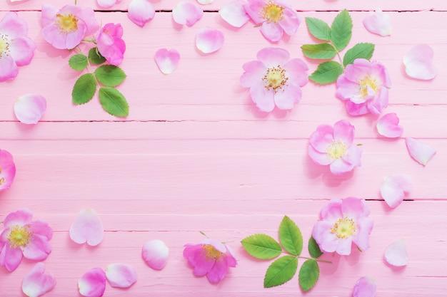 Rama róż na różowym drewnianym