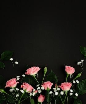 Rama róż w czarnym tle. makieta karty międzynarodowego dnia kobiet