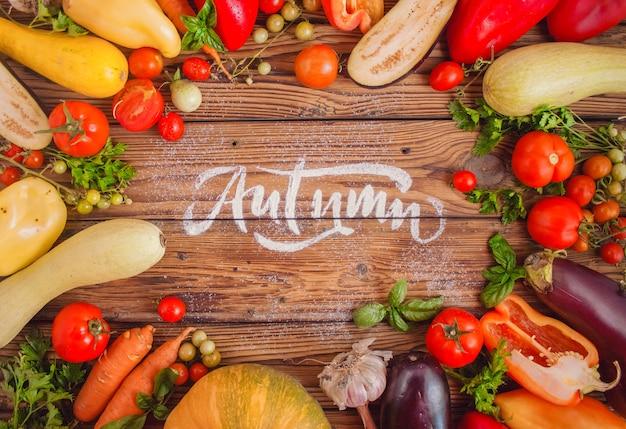 Rama różnych warzyw wokół drewnianego stołu.