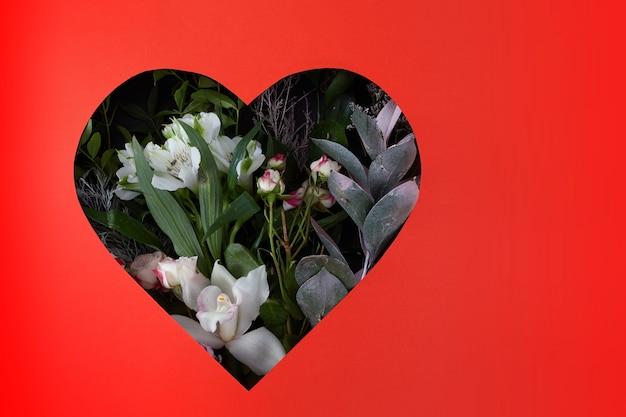 Rama serca ze świeżych kwiatów ułożonych