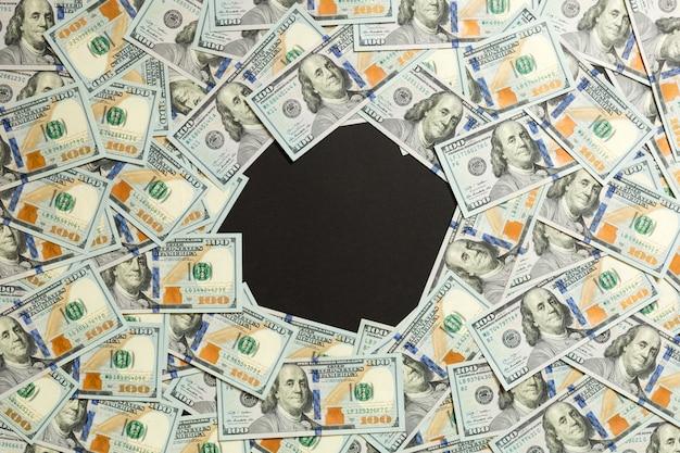 Rama sto dolarowych rachunków. odgórny widok biznesowy pojęcie na czarnym tle z kopii przestrzenią