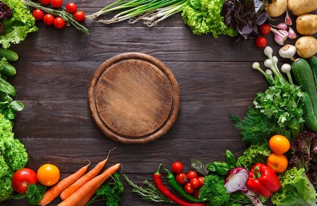 Rama świeżych warzyw na drewnianym stole
