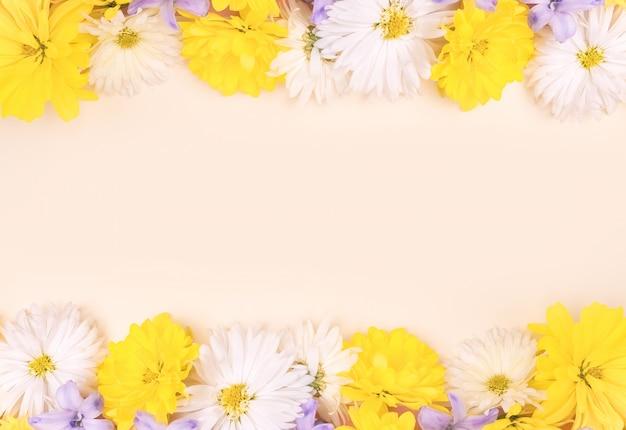 Rama tło wykonane z pięknych kwiatów